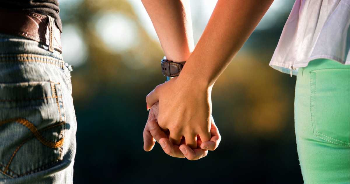 lovers-holding-hands